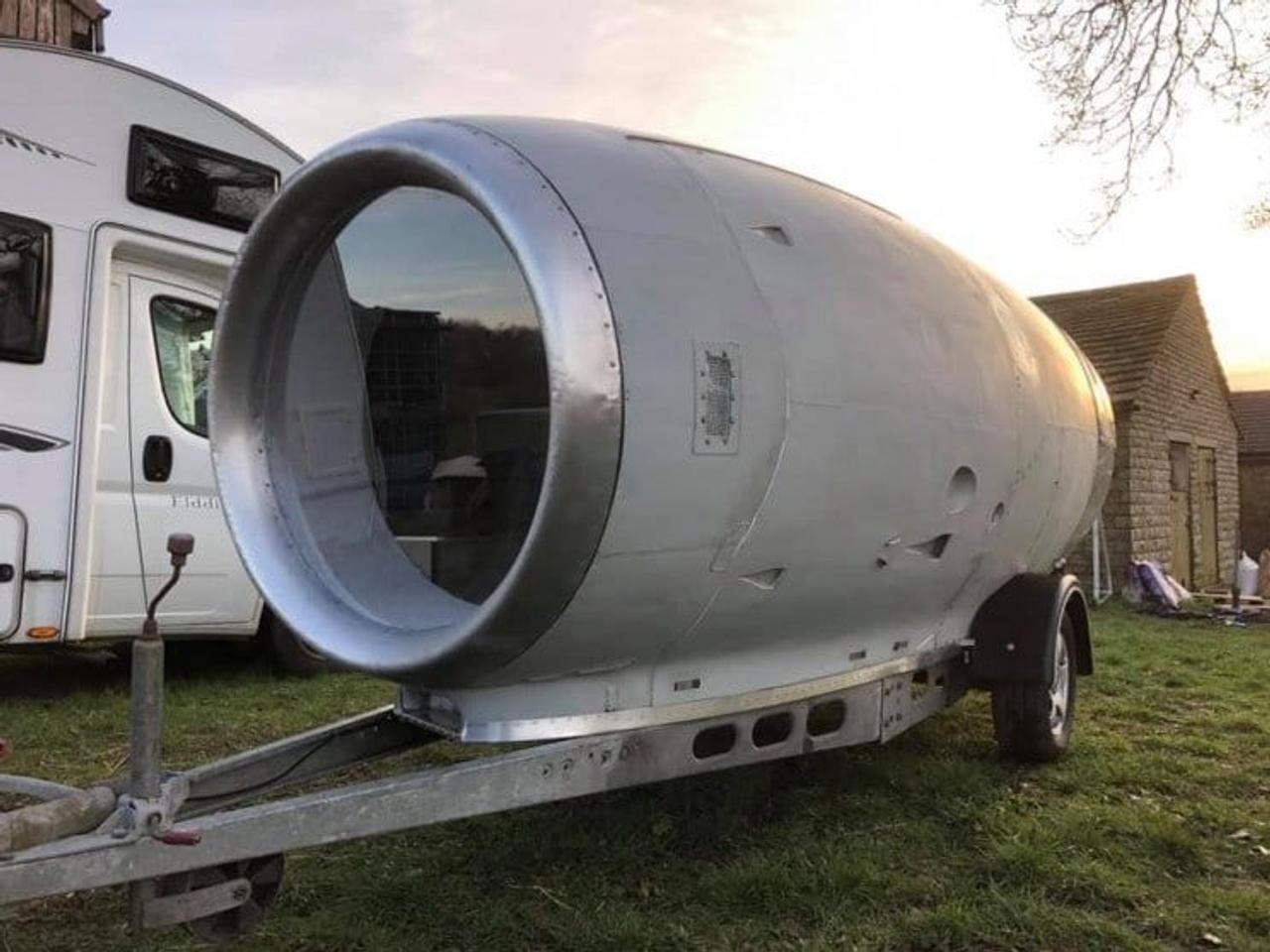 Инженер из Британии Стив Джонс переделал гондолу двигателя авиалайнера в индивидуальный дом на колесах