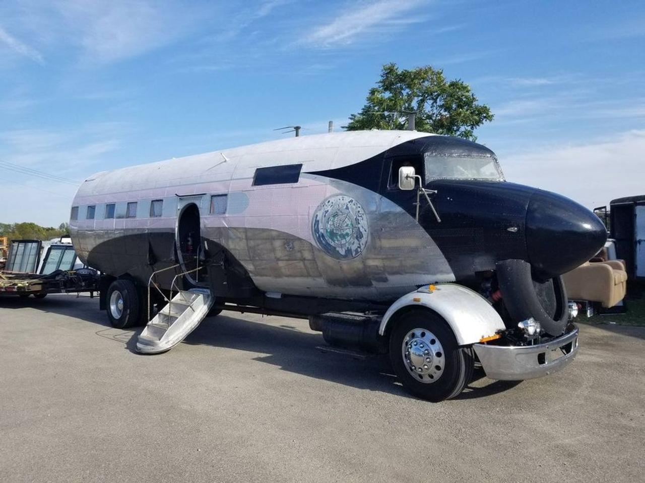 Ветеран ВВС превратил военно-транспортный самолет в автомобиль, дом на колесах