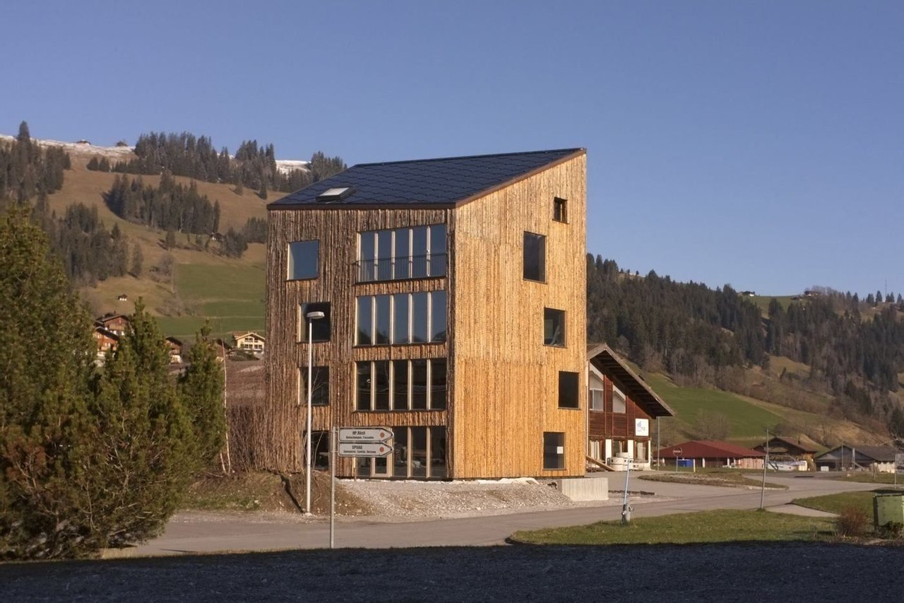 Дом из дерева способен выдержать самую холодную швейцарскую зиму без дополнительного отопления
