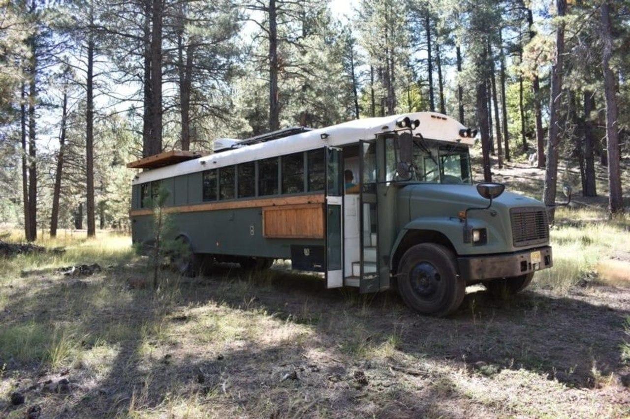 Старый школьный автобус превратили в уютный и удобный дом на колесах