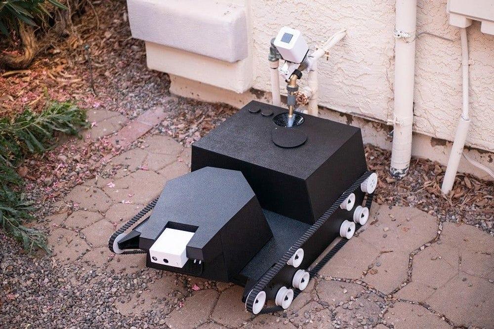 Роботанк Yardroid предназначен для автономного ухода за вашим садом и патрулирования участка