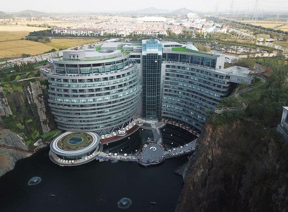 """В заброшенном карьере построили уникальный курортный отель """"перевернутый"""" небоскреб"""