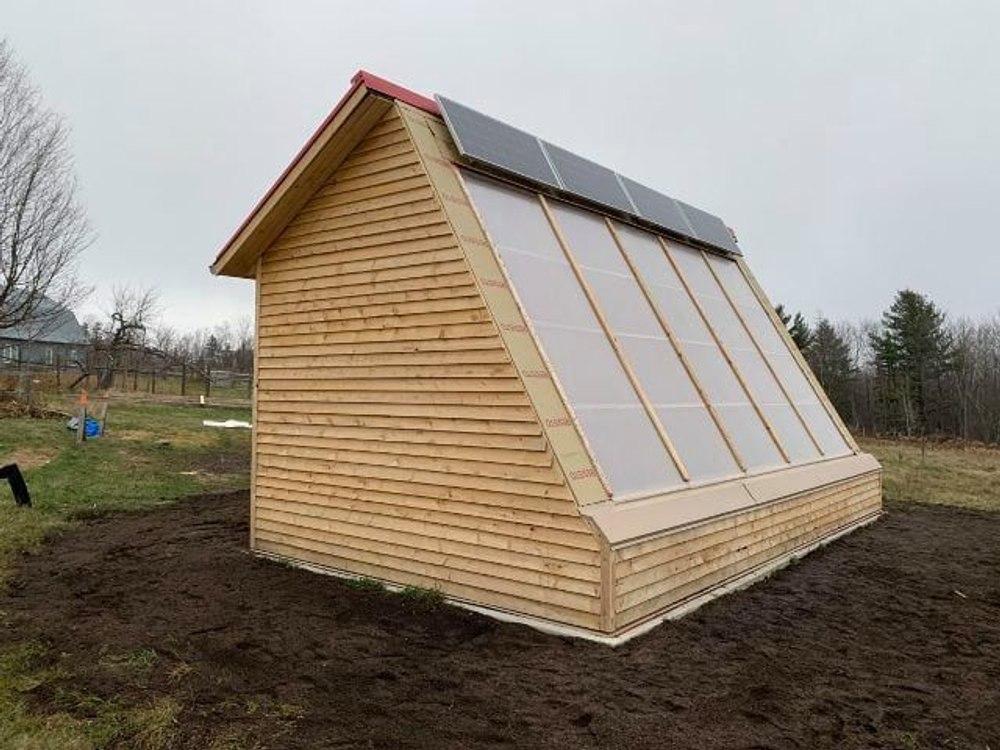В Канаде создали теплицу для круглогодичного выращивания урожая с солнечными панелями