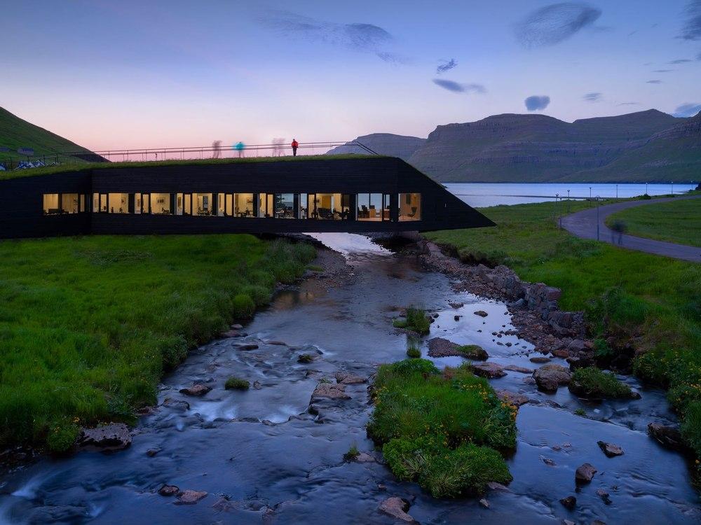 На Фарерских островах построили ратушу в виде моста через реку объеденяющего два берега