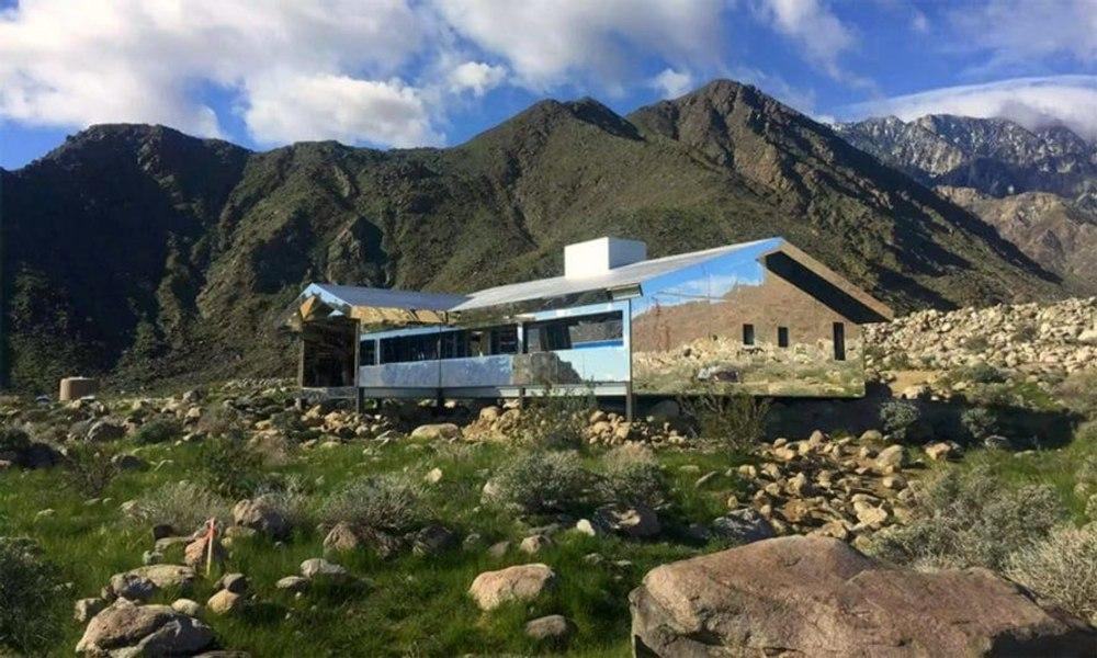 """В калифорнийской пустыне создали полностью зеркальный дом """"Мираж"""""""
