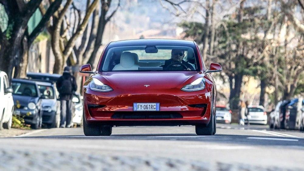Tesla Model 3 стала самым продаваемым электромобилем в Великобритании