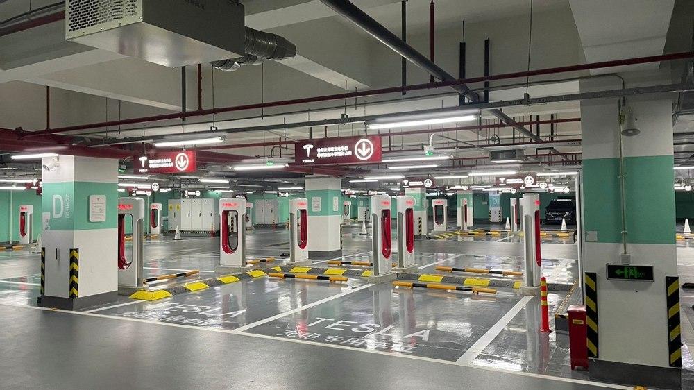 Tesla открыла самую большую в мире станцию зарядки