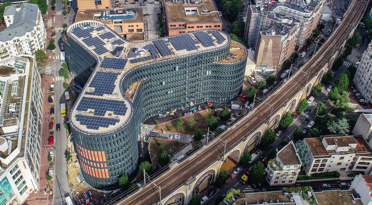 Во Франции успешно построили одно из первых энергоэффективных зданий Be Issy, оно производит больше энергии чем потребляет