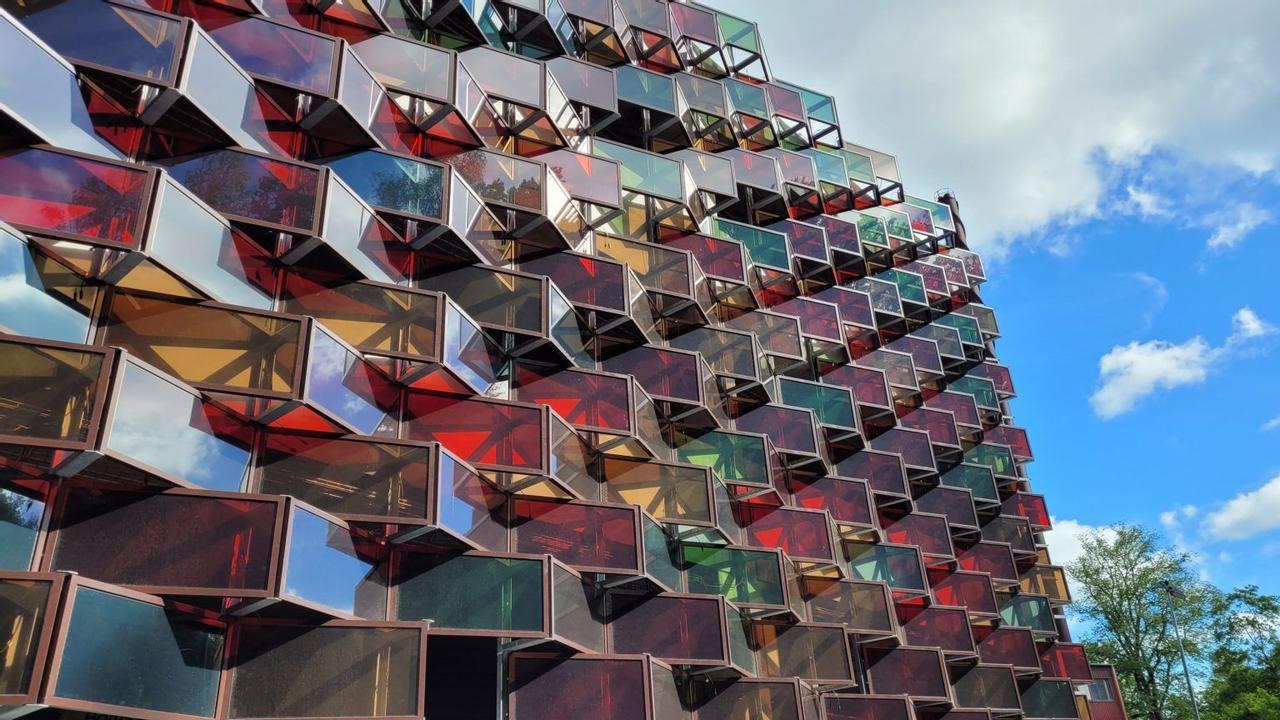 В Швеции создали солнечный фасад в многоярусном гараже для зарядки электромобилей