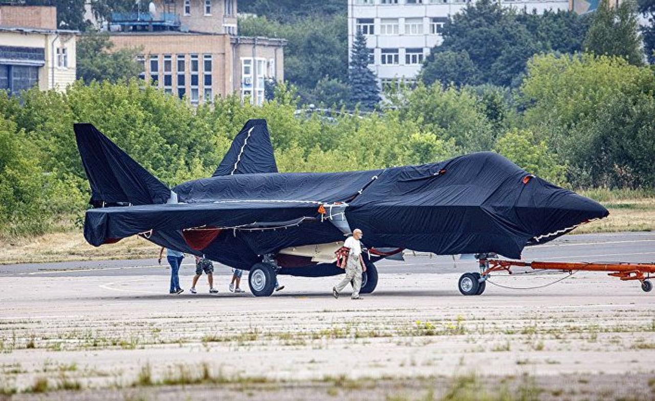 В России показали макет нового секретного истребителя пятого поколения