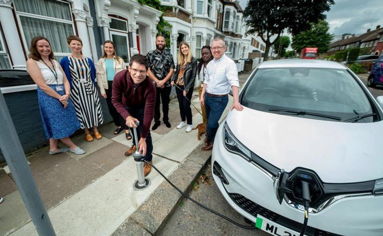Компания Trojan Energy разработала «скрытые розетки» в тротуарах для зарядки электромобилей