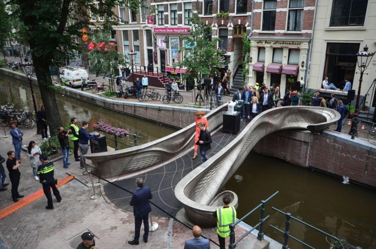 В Амстердаме на 3D-принтере, напечатали первый в мире стальной пешеходный мост