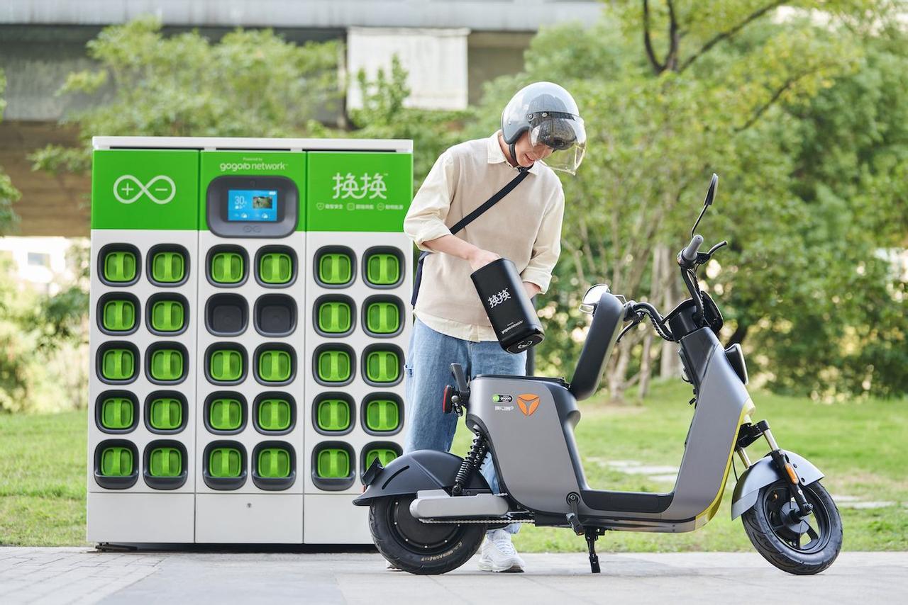 Gogoro представила новые сменные батареи для электроскутеров, замена занимает всего несколько минут