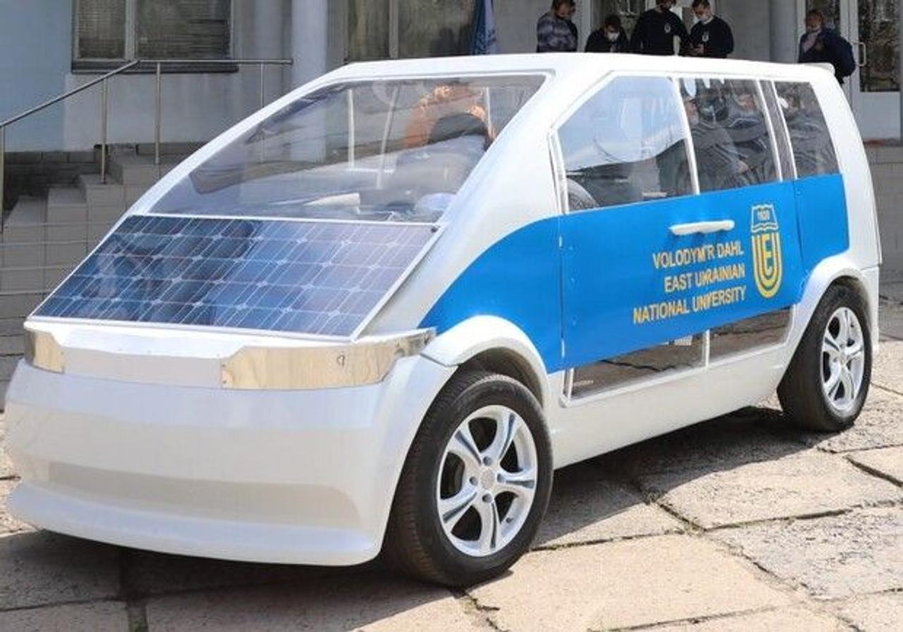 В Украине презентовали первый электромобиль «Ева» на солнечных батареях и «модульной платформе»