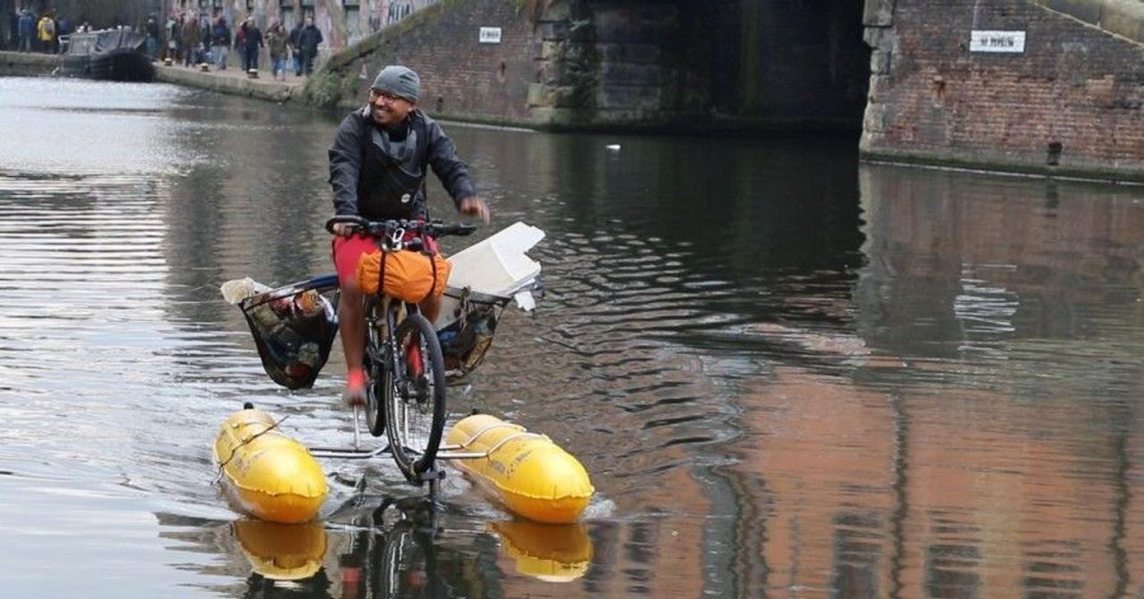 Эколог Дхрув Боруа соорудил плавающий велосипед и использует его для очиски реки Темза в Лондоне от пластикового мусора