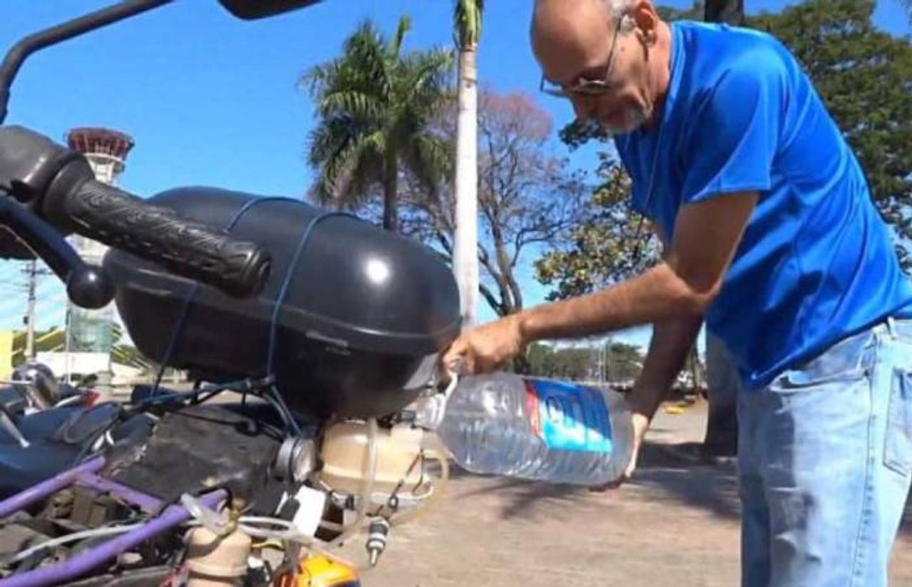 Вместо бензина бразилец заправляет свой мотоцикл водой, расход - 1 литр воды на 500 км