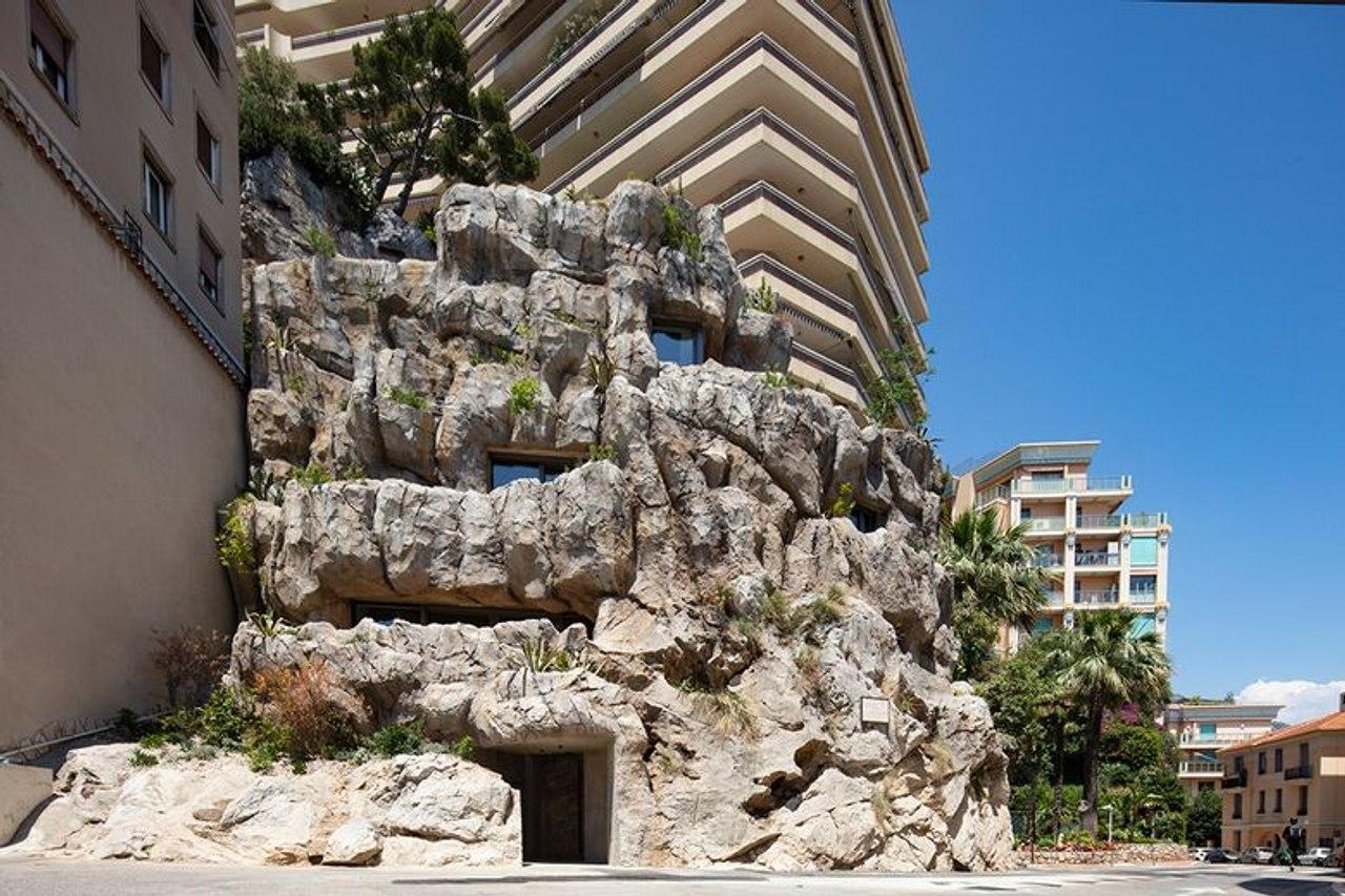 В Монако вырезали энергоэффективный, роскошный дом в скале