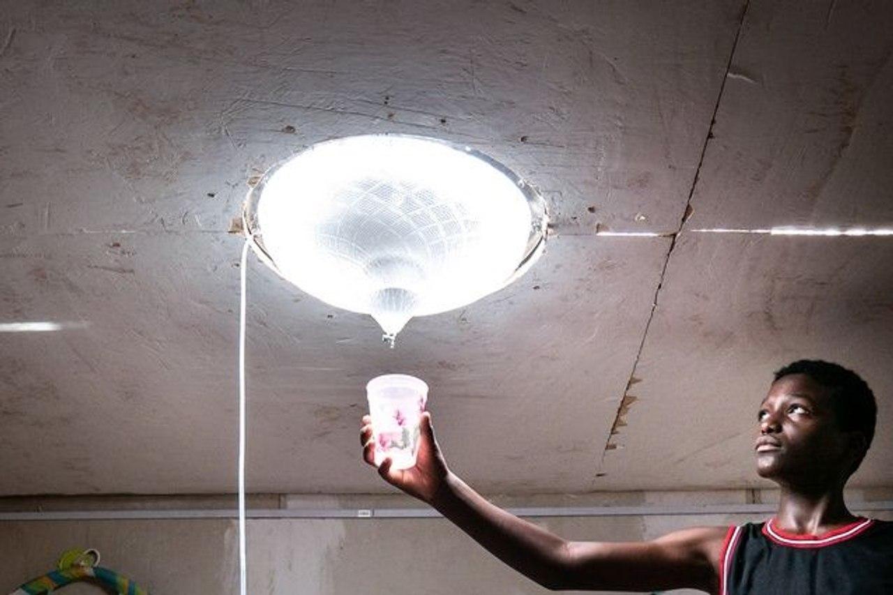 Инновационное окно в крыше использует солнечный свет для очистки воды и освещения помещения