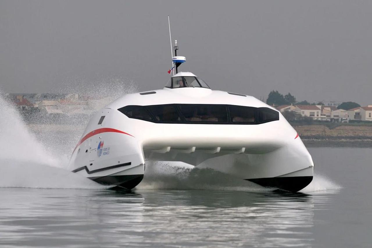 Катамаран «Lili», способен «лететь» по воде со скоростью 100 км / ч при минимальном расходе топлива