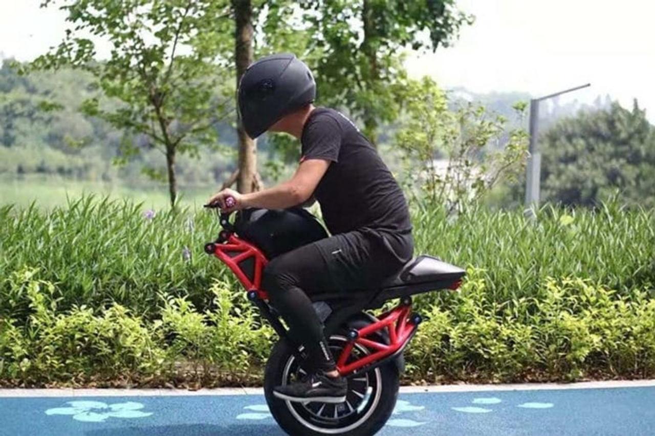 Экстримальный одноколесный электрический моноцикл развивает скорость до 48 км / ч