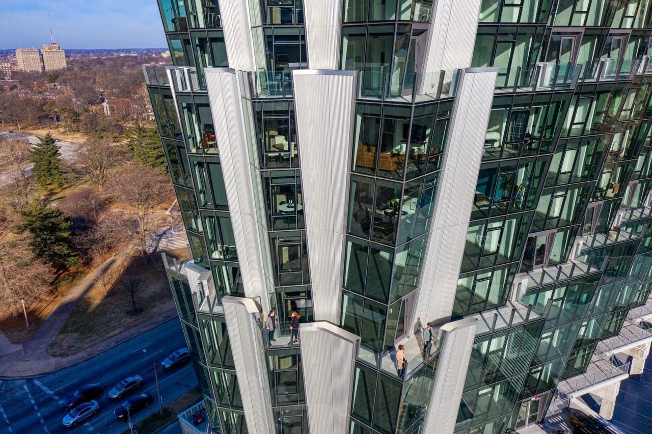 Угловатый фасад башни Studio Gang создан для улучшения освещения и обзора