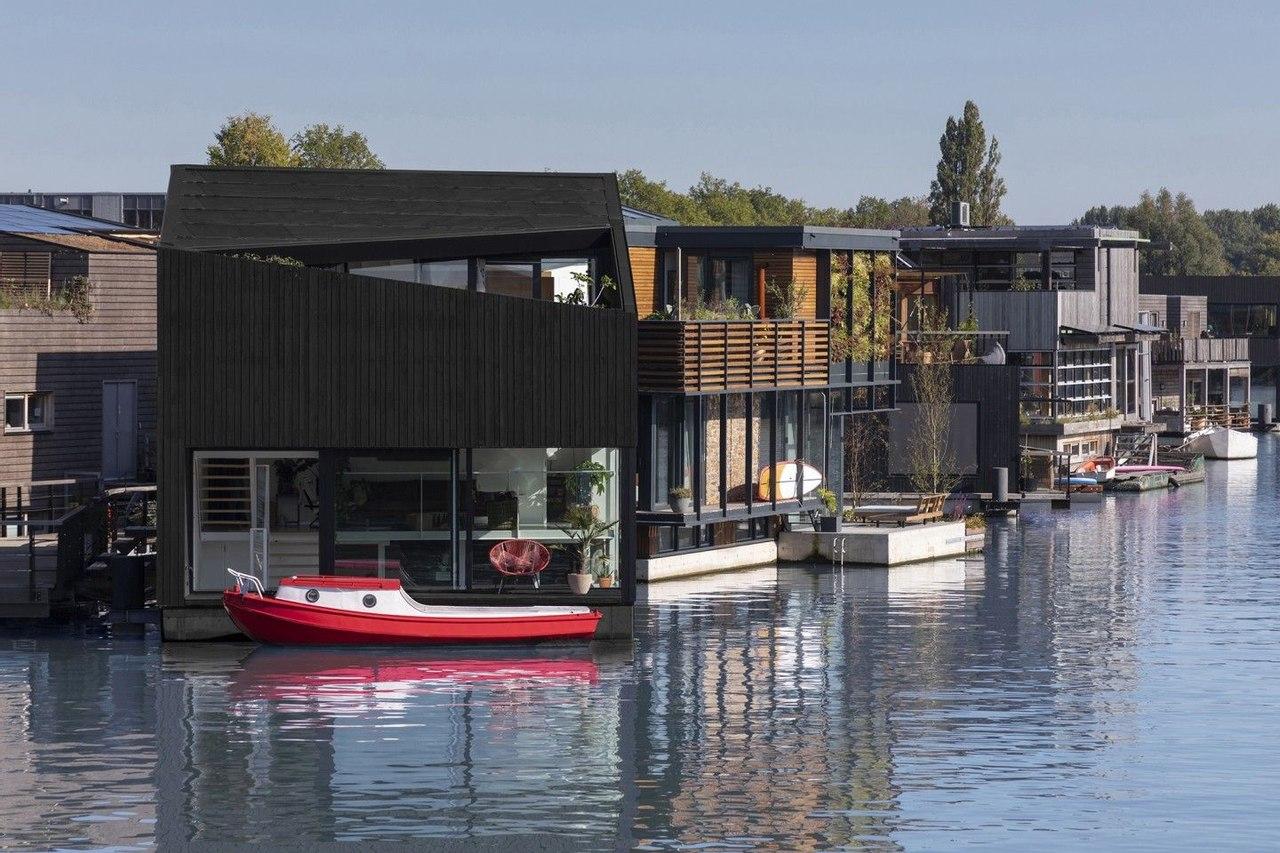 Для плавучей деревни Schoonschip в Амстердаме разработали прокты новых энергоэффективных домов на воде