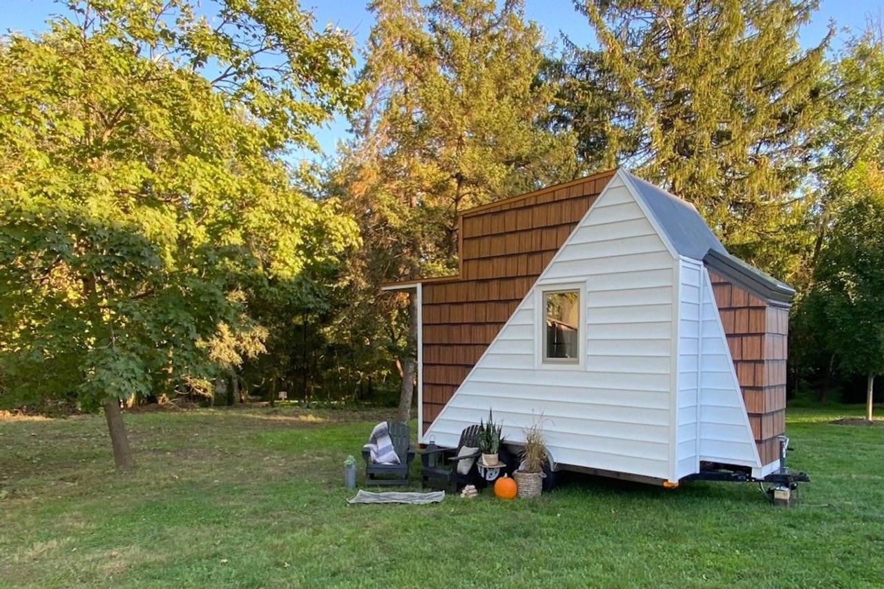 Архитектор Коди Макаревиц превратил старую охотничью хижину в потрясающий микро-дом на колесах