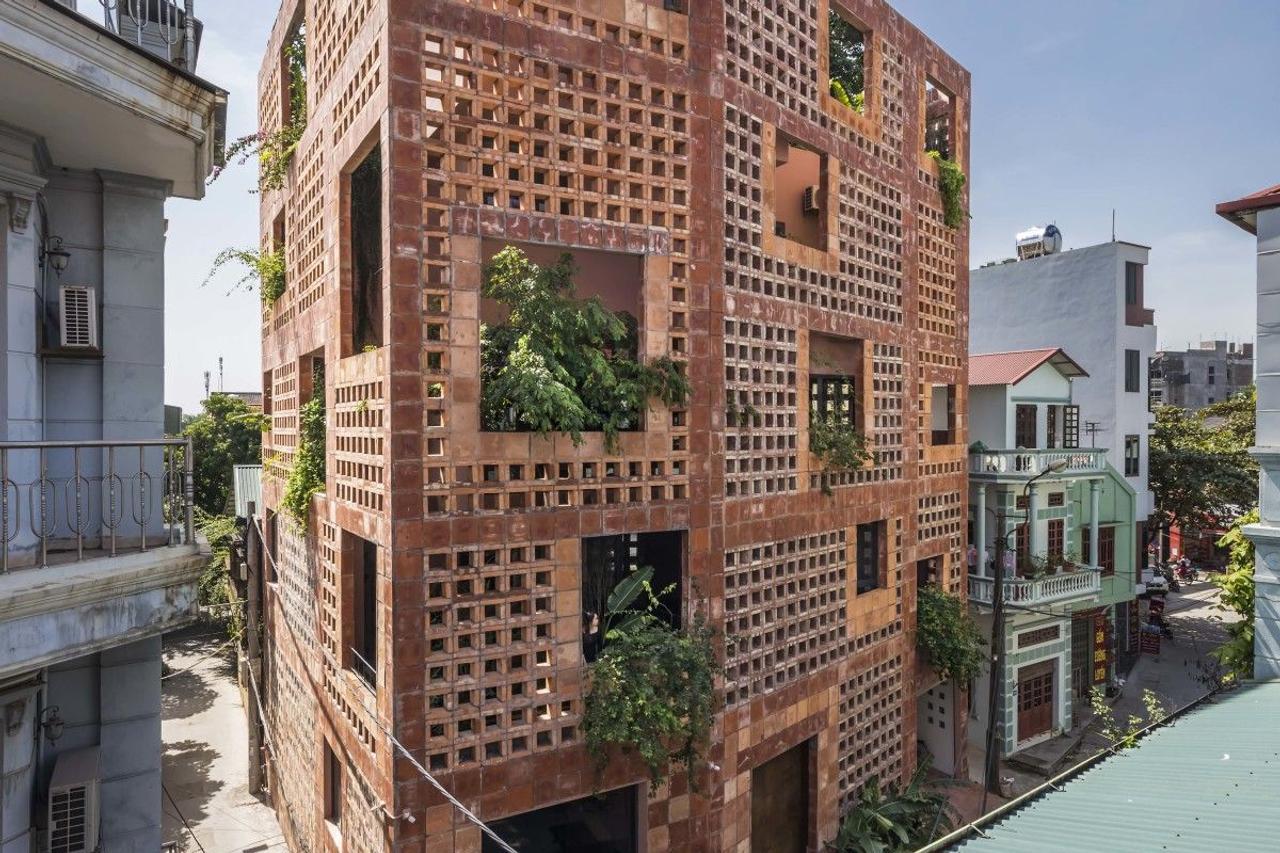 Энергоэффективный дом с фасадом из натуральной керамики помогает сохранять естественную прохладу в жаркие дни