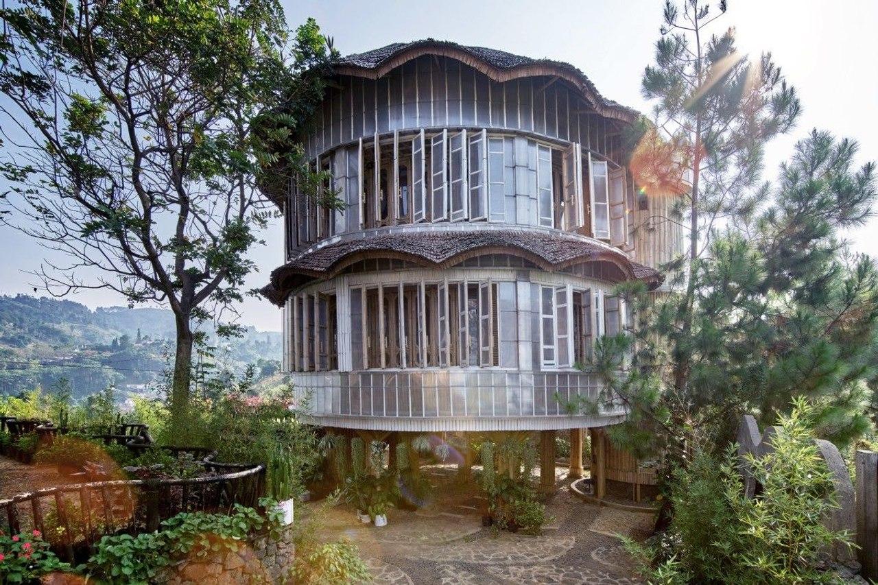 Оригинальный дом построенный из бамбука и переработанного пластика