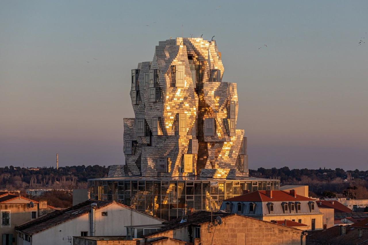 Архитектор Фрэнк Гери, вдохновленный картинами Ван Гога, создал оригинальный небоскреб с фасадом из нержавеющей стали