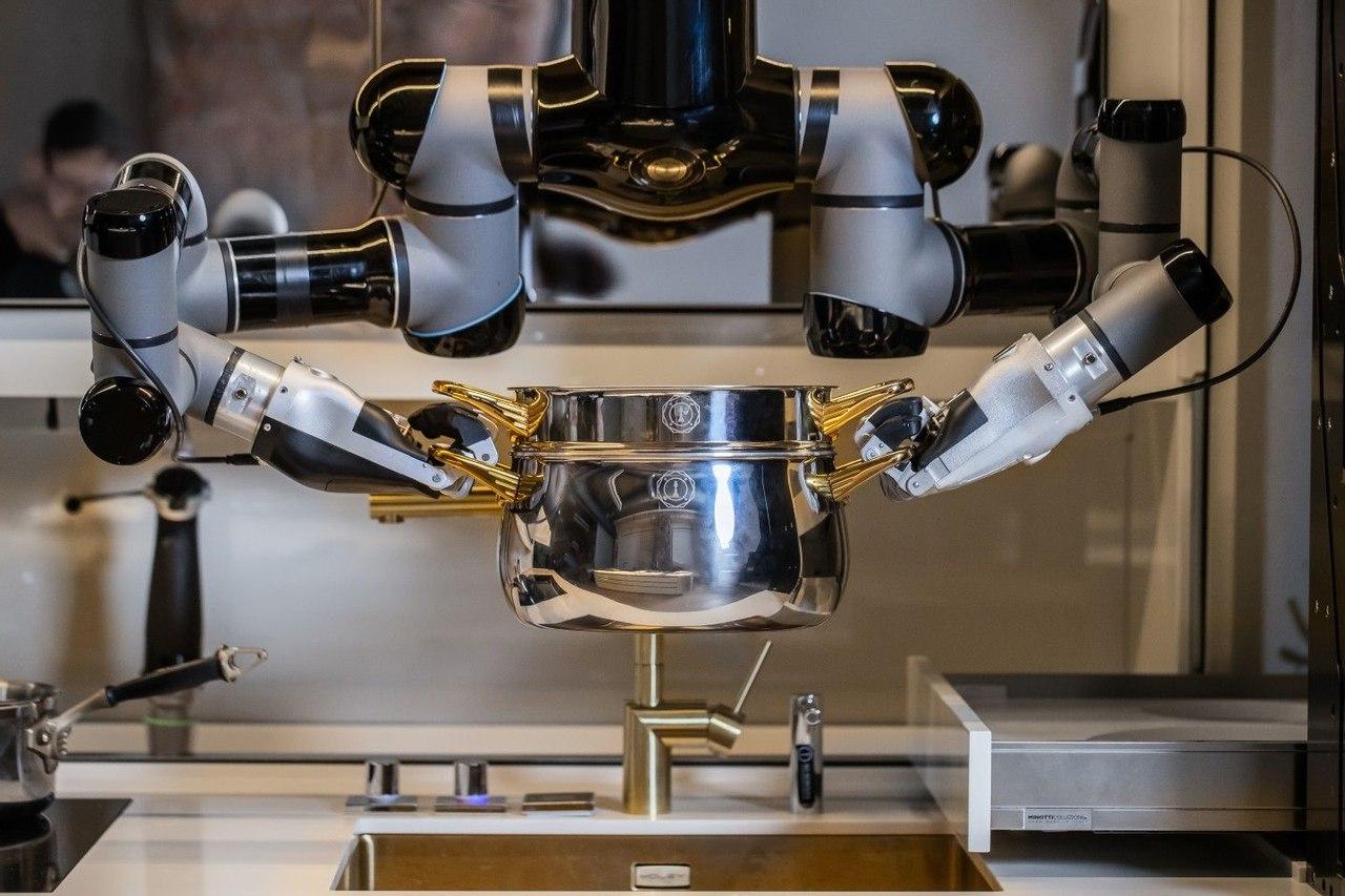 Британцы представили полностью роботизированную кухню Moley для приготовления еды