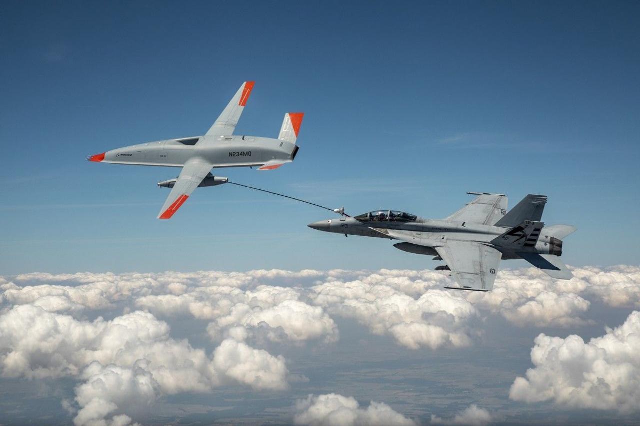 Беспилотник Boeing впервые заправил самолет ВМС США во время полета