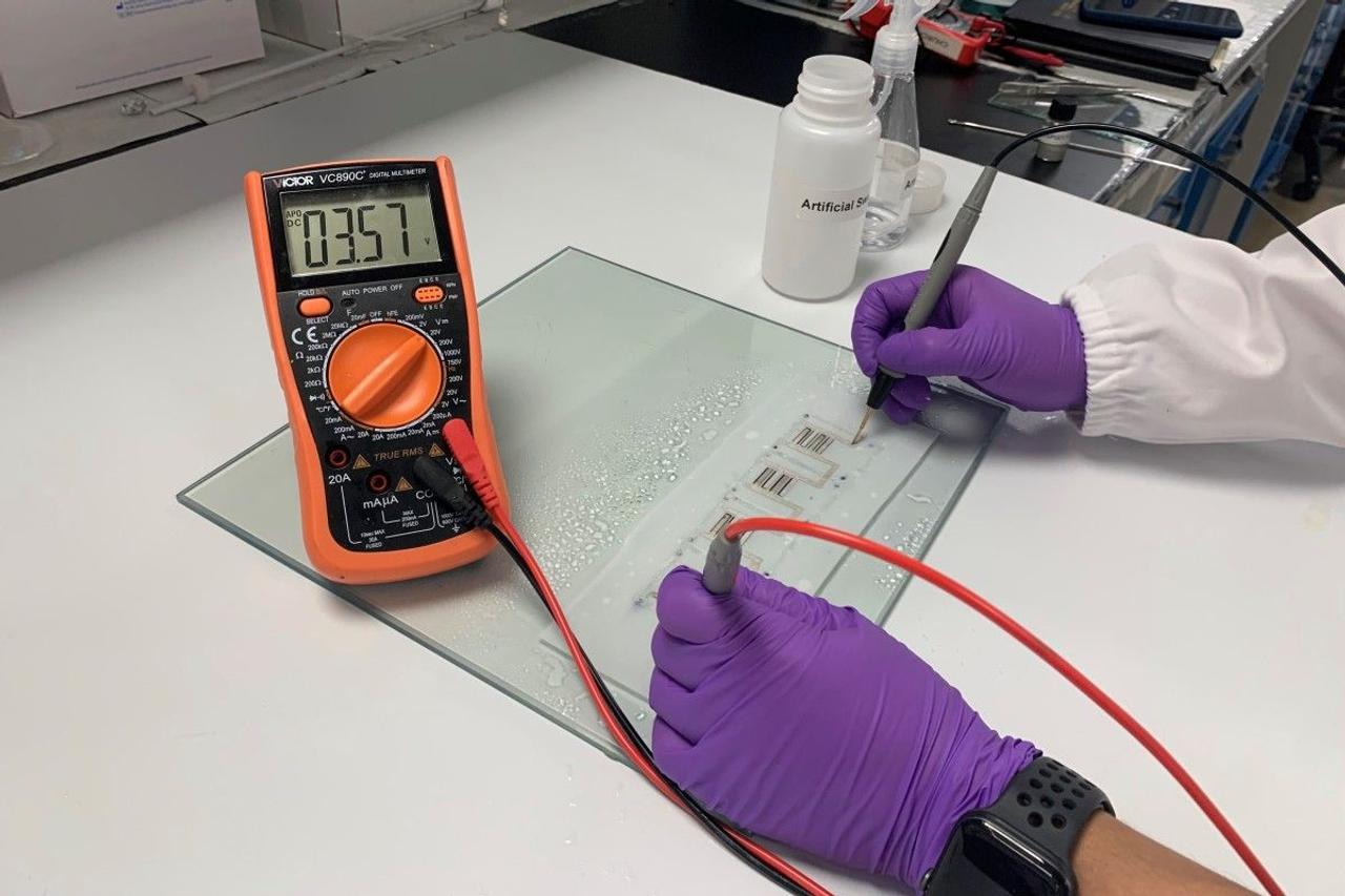 Носимая мягкая, растяжимая батарея, заряжается от человеческого пота