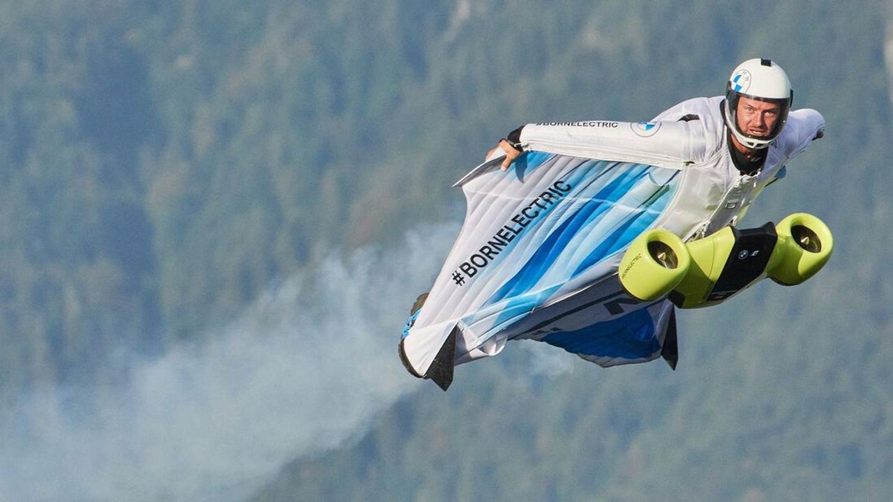 Электрифицированный вингсьют от BMW позволяет пилоту летать со скоростью более 300 км / ч.