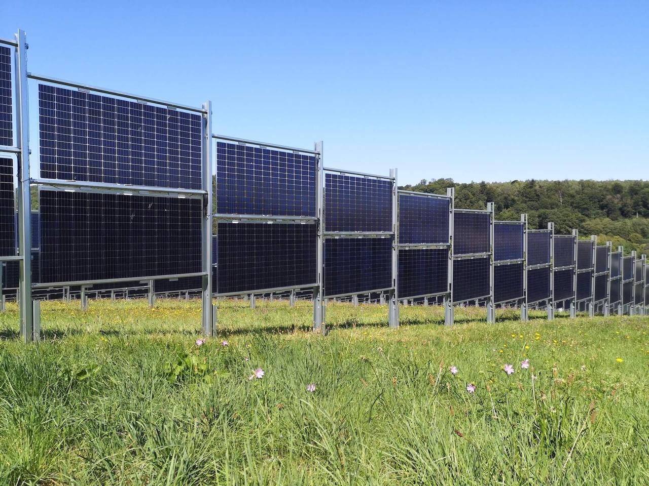 Стартап Next2Sun представил двухсторонний фотоэлектрический забор для выработки электроэнергии