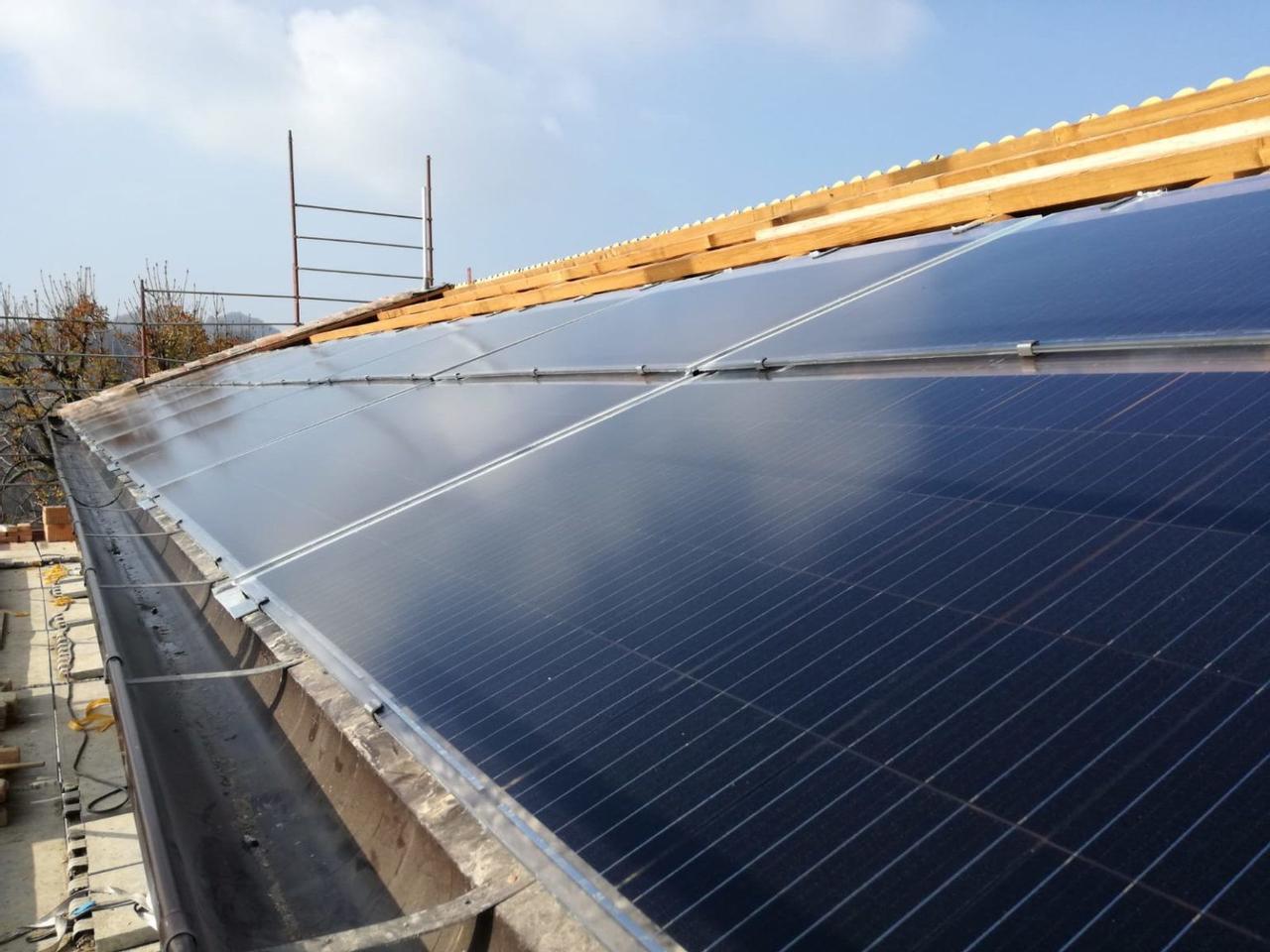 Стартап EnergyGlass разработал солнечную плитку с двойным безопасным стеклом, ее можно использовать для замены обычных крыш