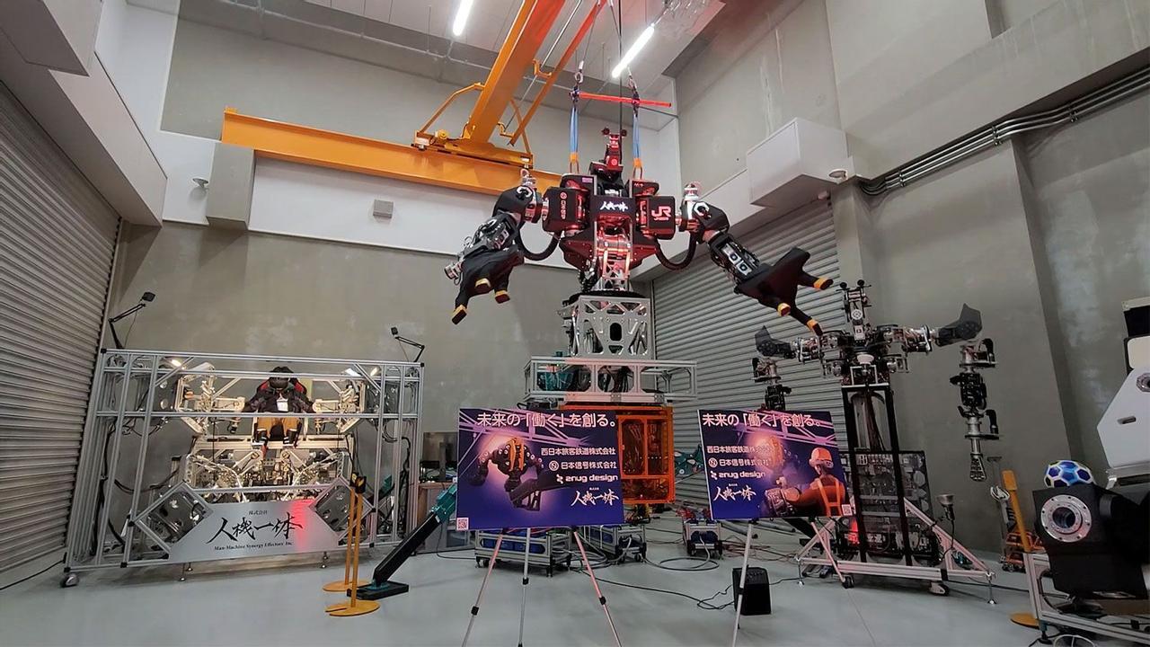 В Японии разрабатывают огромного робота-гуманоида, управляемого с помощью тактильной установки