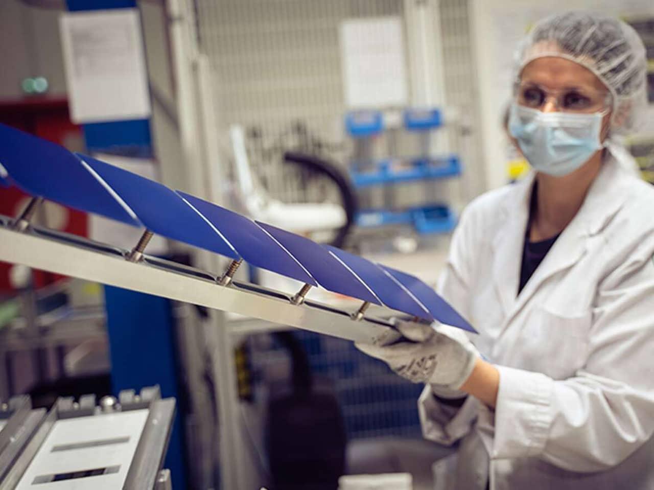 Тонкие, безрамные солнечные панели Maxeon клеятся непосредственно к крыше и генерируют на 50% больше энергии