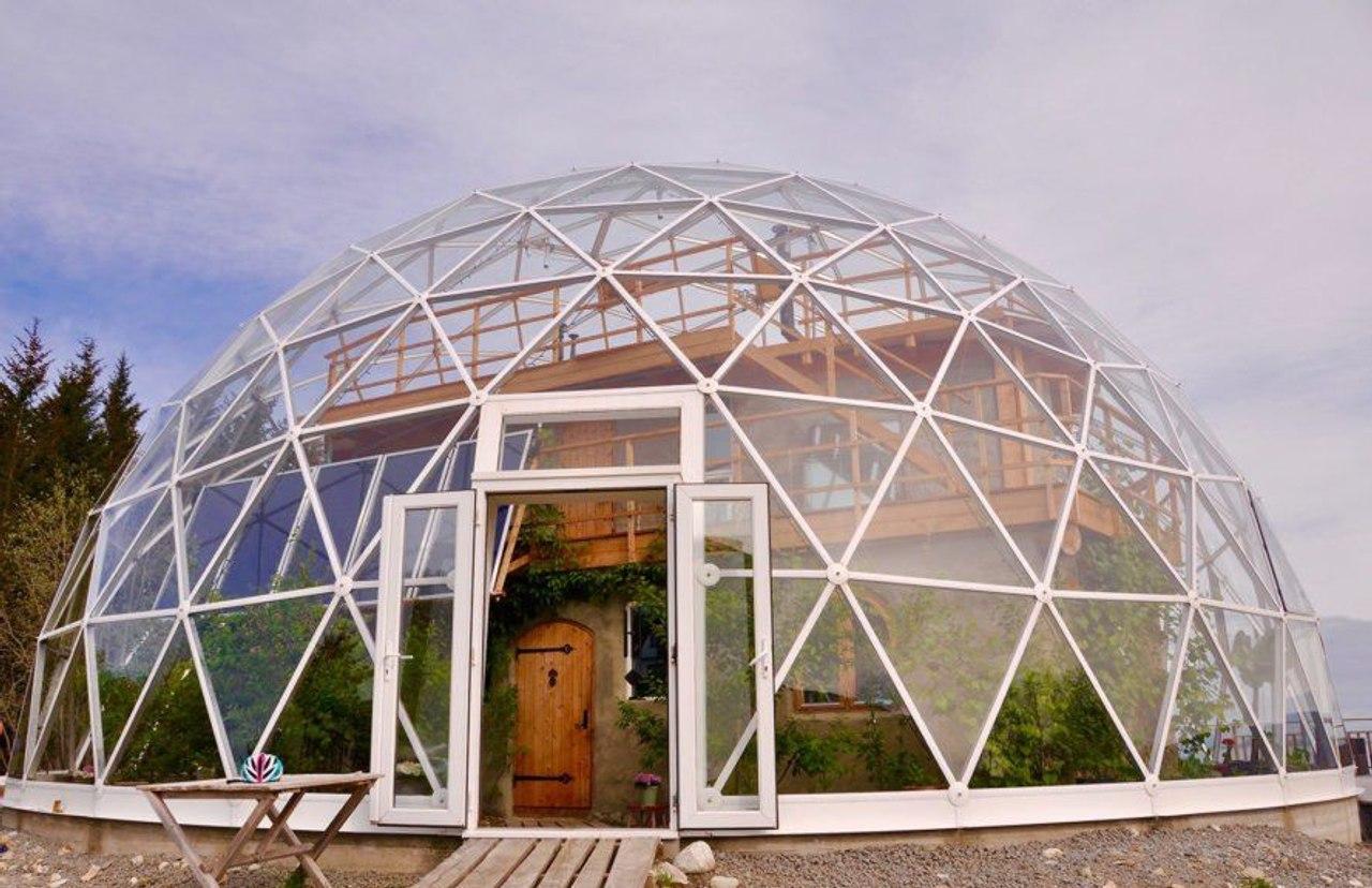 На севере Норвегии семья построила энергосберегающий дом под куполом, «Дом природы»