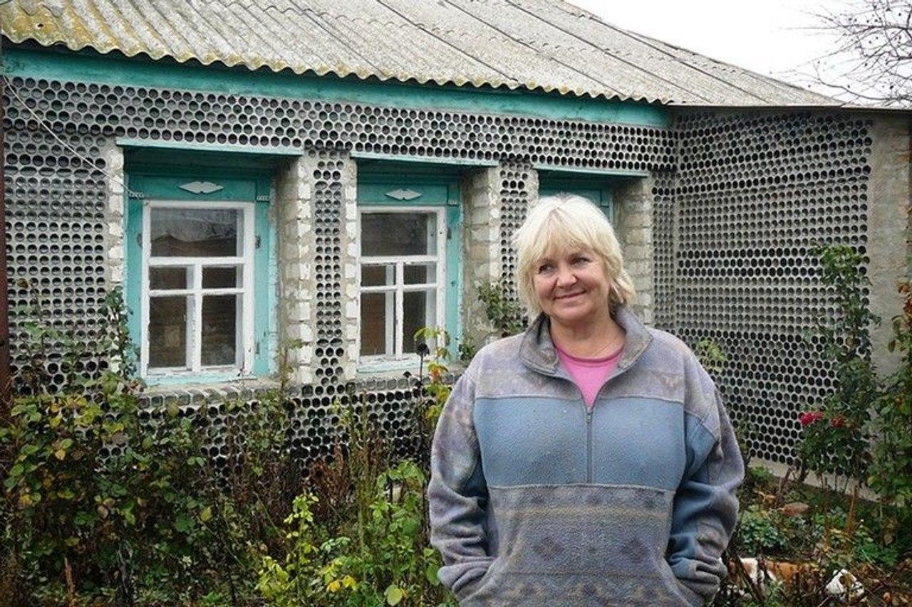 Женщина нашла оригинальный способ дешево построить забор и утеплить дом