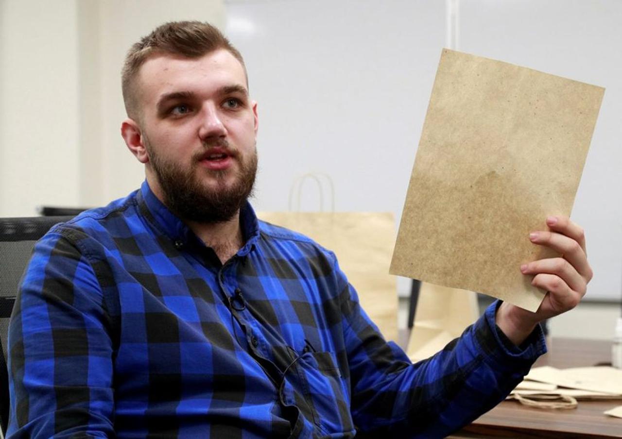 Студент из Украины делает бумагу из опавших листьев, чтобы предотвратить вырубку лесов