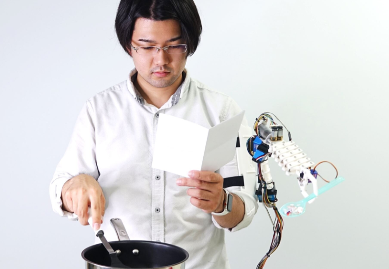 Инженеры из Японии создали роботизированную «третью руку» для помощи в повседневных делах