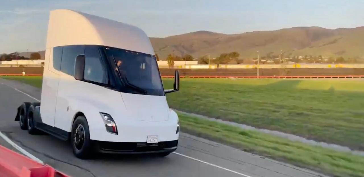 Tesla показала новый грузовик Tesla Semi с новыми аккумуляторами на 4680 ячеек