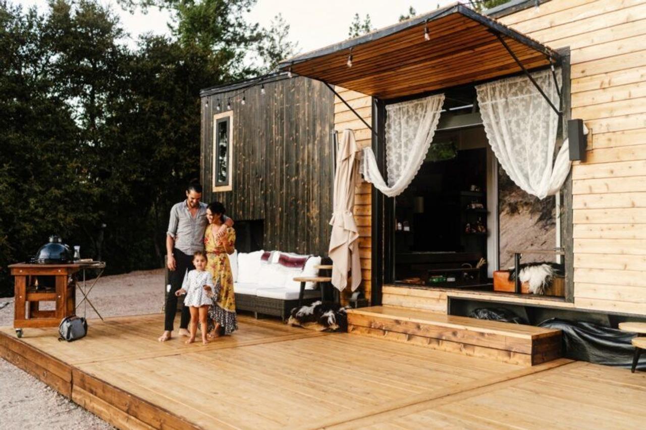 Американская пара сама построила компактный и практичный дом на колесах для комфортных путешествий