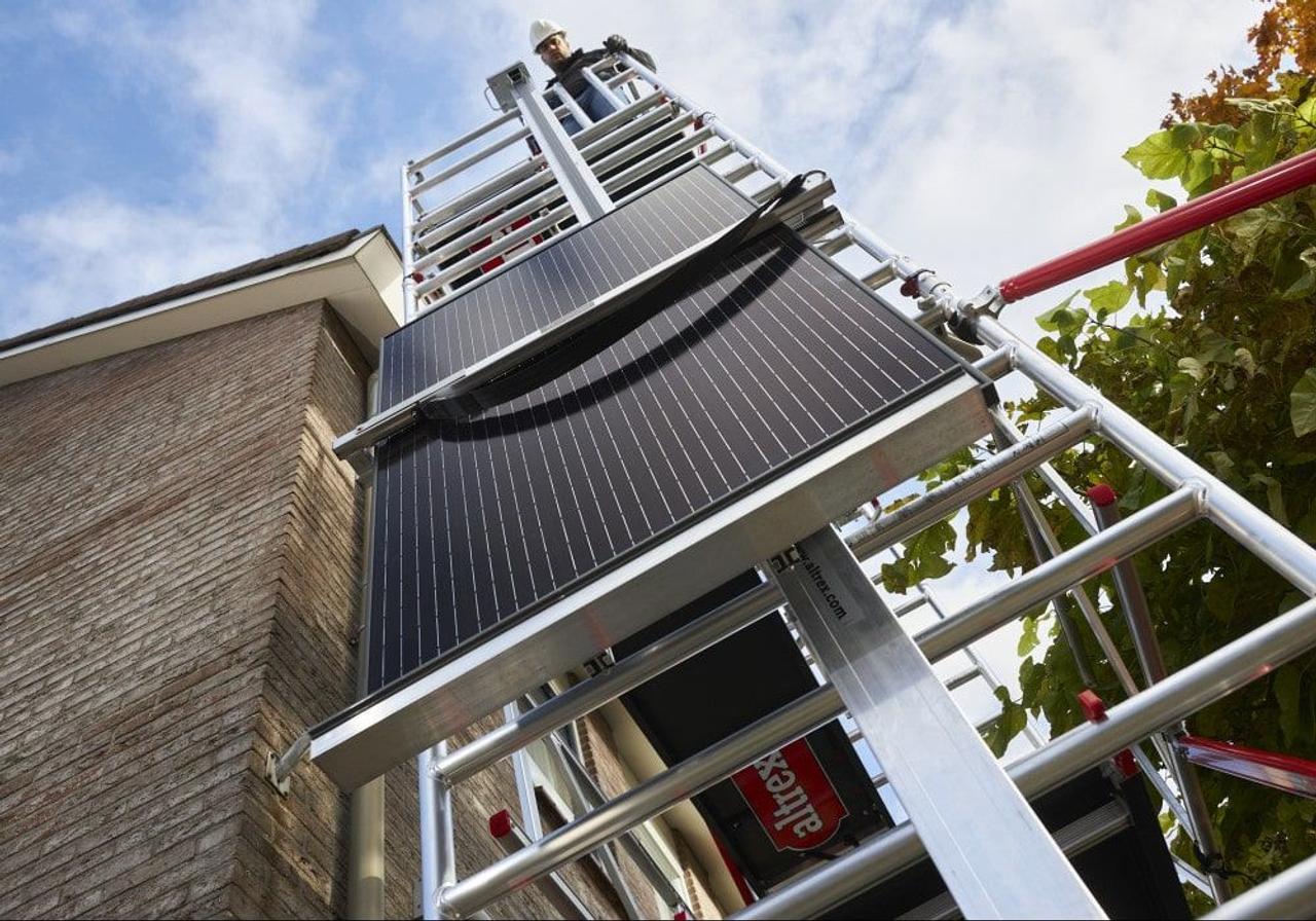 Altrex разработал модульную подъемную систему Shuttle для доставки солнечных панелей на крыши домов