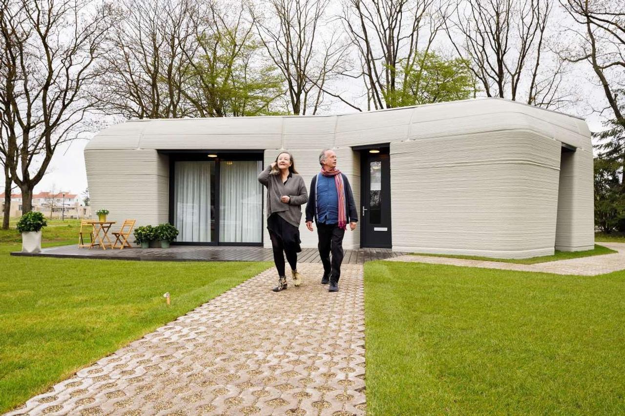 В Нидерландах на 3D - принтере напечатали дом в форме валуна и заселили его первыми арендаторами