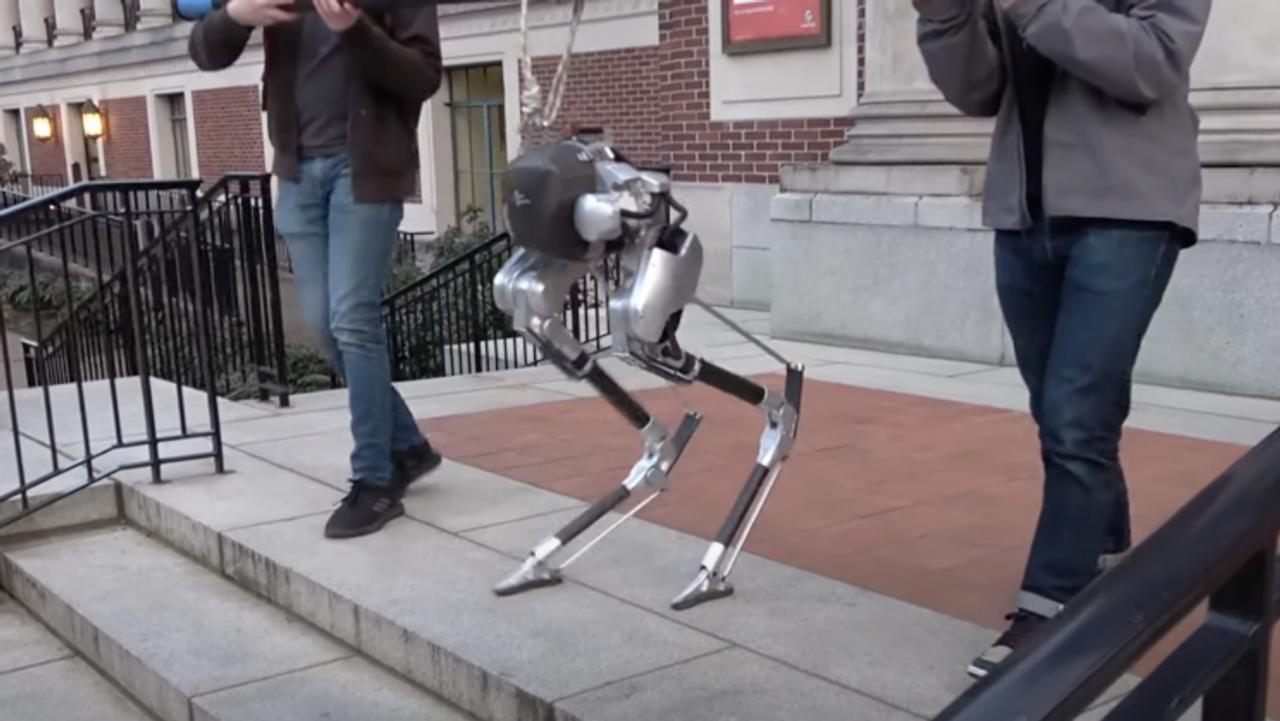 Робот Cassie, похожий на страуса, будет доставлять посылки к двери вашего дома