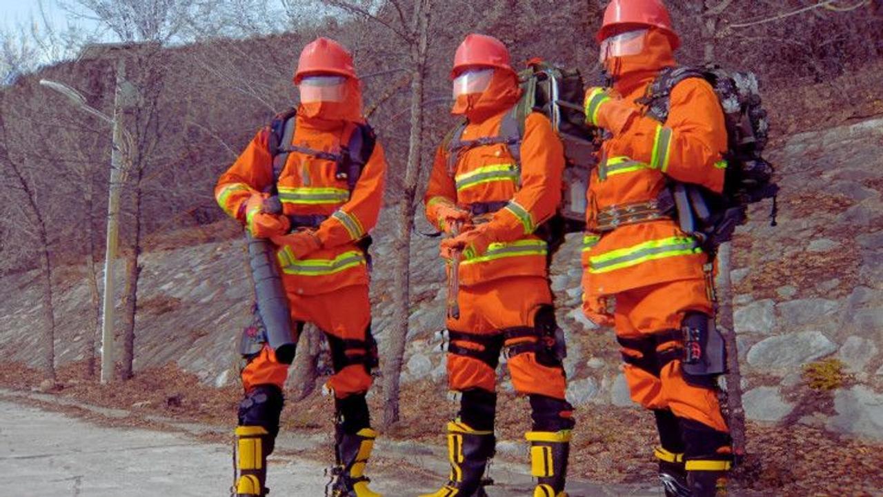 Китайские инженеры создали улучшенные экзоскелеты для своих пожарных, они экономят более 50% энергии спасателя