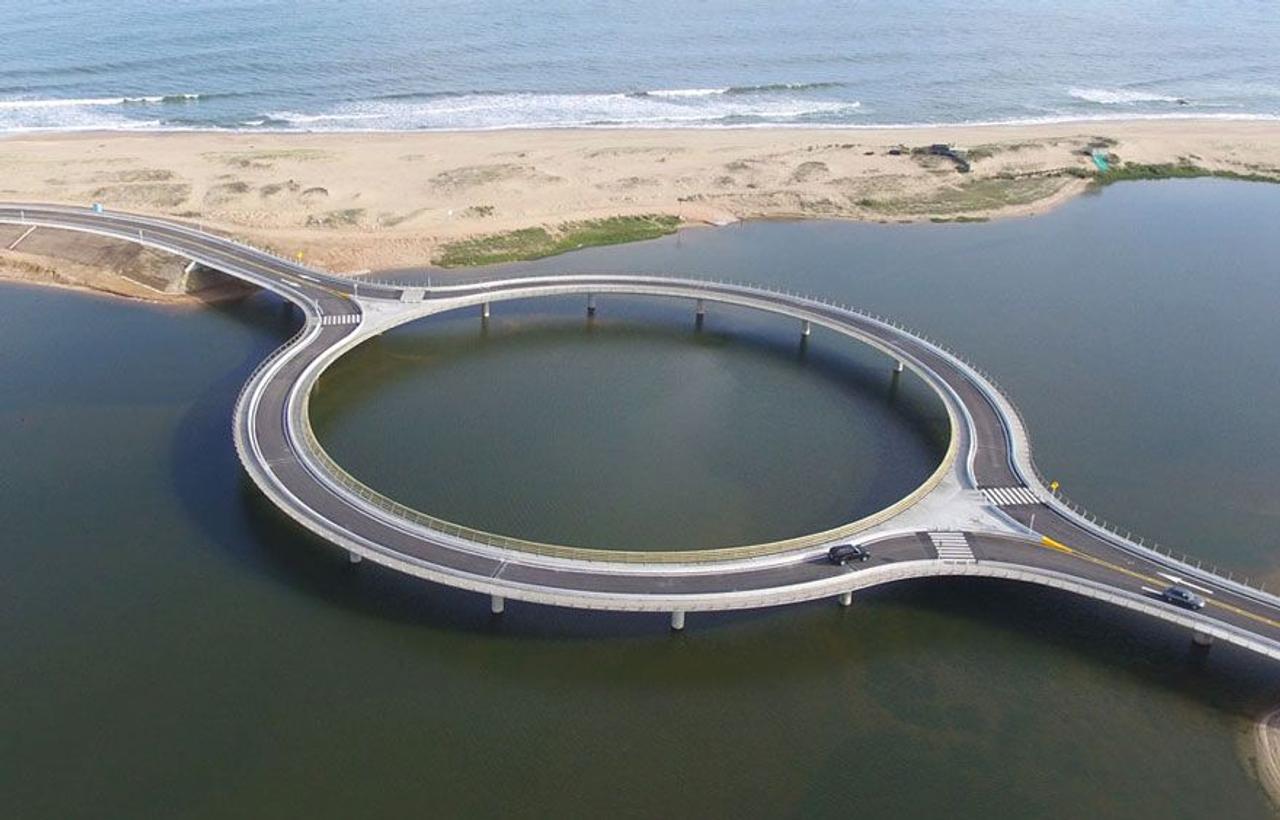 В Уругвае построили кольцевой автомобильный мост. Зачем нужна такая конструкция?