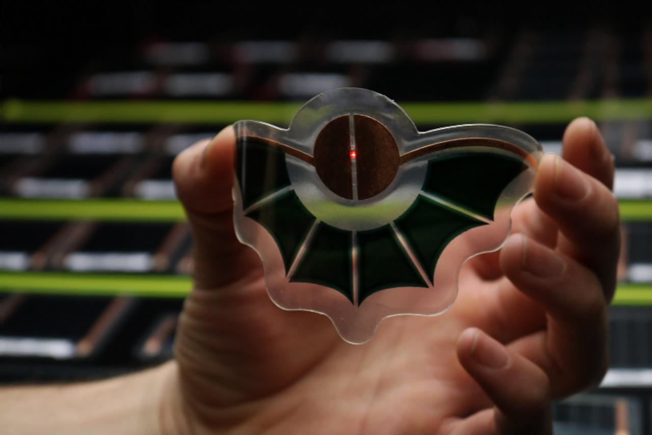 Органический фотоэлектрический модуль в форме «летучая мышь» работает от света внутри помещений